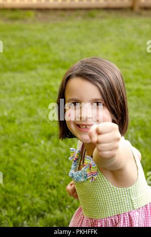 Kleine Mädchen spielen und lustige Gesichter - Stockfoto