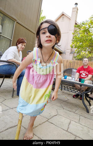 Kleines Mädchen Pirat spielen - Stockfoto