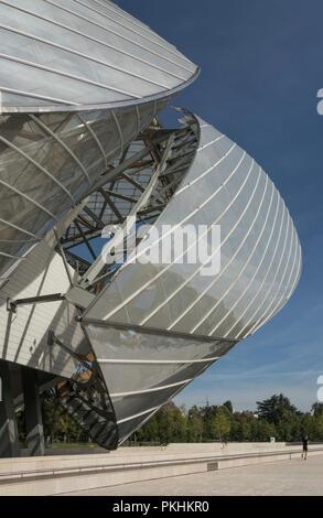 Dieses futuristische Gebäude von Frank Gehry beherbergt eine Kunstgalerie Komplexe für die Fondation Louis Vuitton in Bois de Boulogne, Paris, Frankreich. - Stockfoto