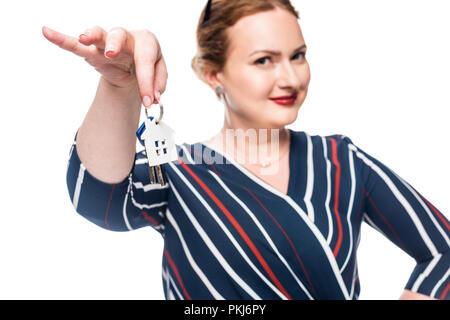 Selektiver Fokus der weiblichen Realtor übersicht Schlüssel von Haus auf weißem Hintergrund - Stockfoto