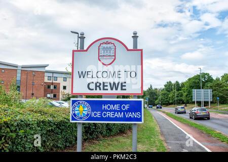 Zu Crewe Ortsschild mit Whitby Morrisom Home Eis vans Anzeige in Cheshire UK Willkommen - Stockfoto