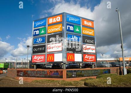 Bath Road Einzelhandel; Park von der Krone Immobilien auf der A4 Bath Road, Slough, Berkshire, England. - Stockfoto