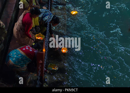 Haridwar, Indien - 20. März 2017: Heiligen Ghats in Haridwar, Indien, heilige Stadt für die Hindu-Religion. Pilger mit schwimmenden Blumen und brennenden candl - Stockfoto