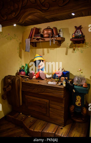 Gepetto's House mit Pinocchio auf der Table Setup im Disneystore in Shibuya, Tokio - Stockfoto