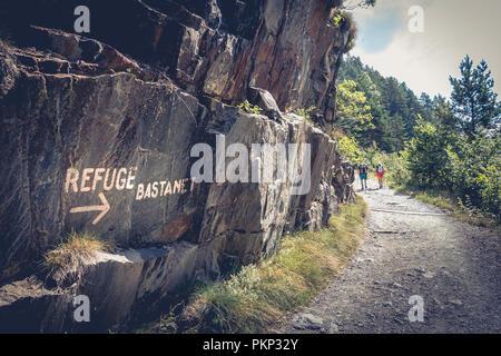 Saint Lary, Frankreich - 20. August 2018: Wanderer ein Berg Straße in Richtung Bastanet Zuflucht Klettern im Sommer - Stockfoto