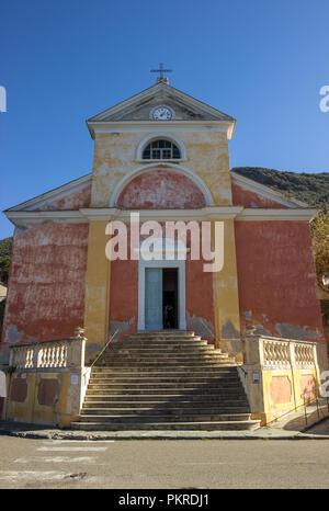 Ein typisch korsische Kirche, in Nonza, Korsika, Frankreich. - Stockfoto