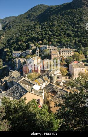 Das Dorf von Nonza, mit Kirche, Korsika, Frankreich. - Stockfoto