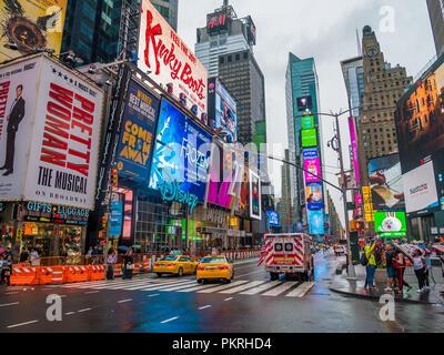 New York City, USA - 9. September 2018: Times Square mit Leuchtreklamen und Verkehr.