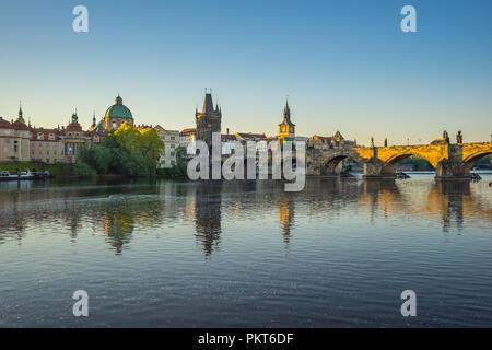 Prag City Skyline mit Charles Brücke in der Tschechischen Republik. - Stockfoto