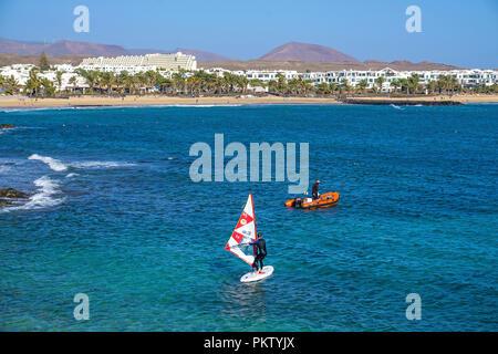 Windsurfer vor dem Strand Playa de las Cucharas, Costa Teguise, Lanzarote, Kanarische Inseln, Spanien - Stockfoto