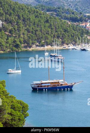 Schiffe im See Bay in der Nähe von Skradin Stadt. - Stockfoto