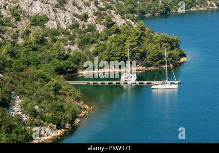 Zwei sport Yachten in der Bucht. - Stockfoto