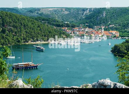Skradin Stadt und Bucht mit Schiffe und Yachten in Kroatien. - Stockfoto