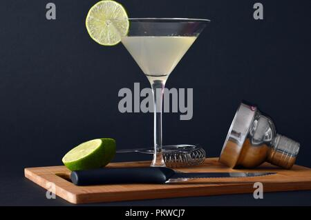 Glas daiquiri Cocktail mit Kalk und Rum - Stockfoto