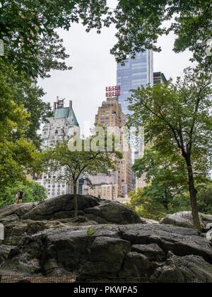 New York City, USA - 8. September 2018: Das Essex House Wolkenkratzer aus dem Central Park gesehen