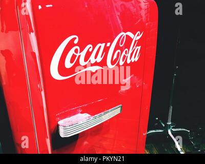 Smeg Kühlschrank Coca Cola : Amerikanischer kühlschrank mit gefrierfach stockfoto bild: 87213143