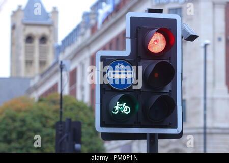 Eine Ampel in Leeds mit einem Prioritätsfilter licht Radfahrer einen Vorsprung geben. - Stockfoto