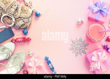 Weihnachten Hintergrund rosa Flach Mode Accessoires Handtasche Sandalen Telefon Geschenk Box bug Kugeln Lila Rosa. Ansicht von oben kopieren Raum - Stockfoto