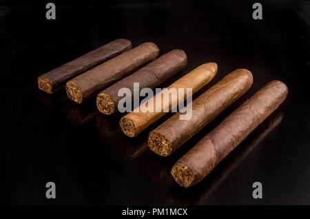Handgefertigte Zigarre aus Tabakblättern - Stockfoto
