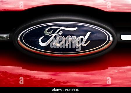 Ford Logo auf einem Auto Kühlergrill - Stockfoto
