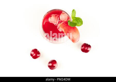 Ein Foto von ein leuchtend rotes Getränk mit Kirschen, Obst, und Minze auf Weiß - Stockfoto