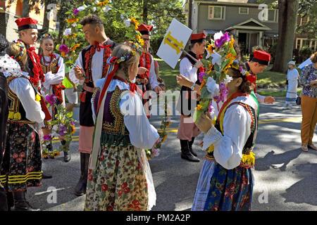 Leute, gekleidet in polnischer Tracht, Warschau, Polen