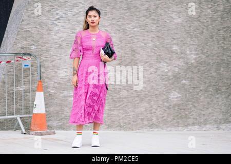 Ein schickes showgoer außerhalb der Temperley London Landebahn zeigen während der London Fashion Week - Sept. 15, 2018 - Foto: Start- und Landebahn Manhattan*** Nur für redaktionelle Verwendung *** | Verwendung weltweit Posing - Stockfoto