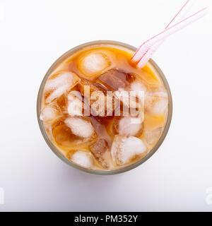 Ice latte oben Blick aus der Nähe auf weißem Hintergrund und Beschneidungspfade. - Stockfoto