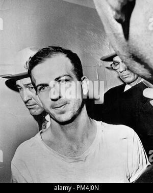 Lee Harvey Oswald, der Mörder von Präsident Kennedy im Jahre 1963, hatte liefen zu der Sowjetunion einige Jahre früher, aber in die USA zurückgekehrt, nachdem er mit diesem Land desillusioniert. Er ist hier in einem Dallas Polizei gezeigt nach seiner Verhaftung für Kennedy's Schießen, 23. November 1963 Datei Referenz Nr. 1003_454 THA - Stockfoto