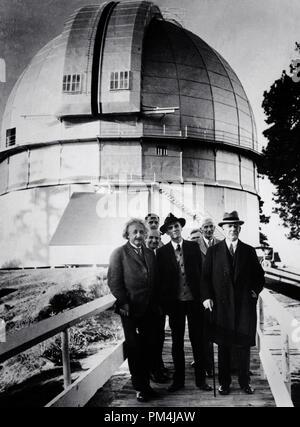 In Deutschland geborene theoretische Physiker Albert Einstein, Mount Wilson Observatorium in Kalifornien. Ebenfalls vorhanden sind Astronomen Edwin Hubble, zurück, der zweite von links, Walter Sydney Adams, Mitte, in hat) und William Wallace Campbell, ganz rechts, ca. 1931 Datei Referenz Nr. 1003_644 THA - Stockfoto