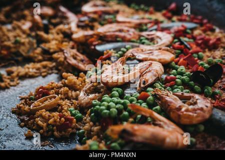 Nahaufnahme von einem frisch zubereiteten Meeresfrüchte Paella in der Pfanne. - Stockfoto