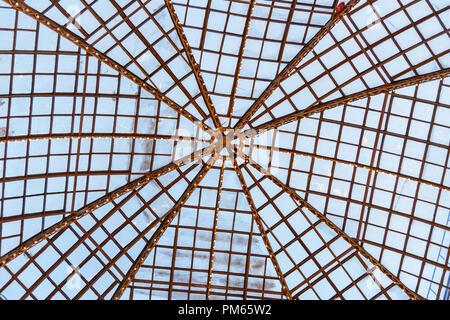 Gläserne Decke der wichtigsten Kaufhaus GUM - in der Kitai Gorod in Moskau. Russland. Hintergrund oder Hintergrund - Stockfoto