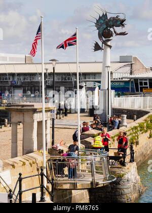 Ansicht der Mayflower Denkmal, Mayflower Schritte und der Leviathan (Barbican Prawn) Skulptur auf dem Sutton harbour Wall, Plymouth, Devon, Großbritannien - Stockfoto