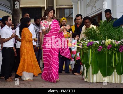 Indische Schauspielerin Shilpa Shetty gesehen Freude während einer Prozession an ihrem Haus. Eine Prozession für das Eintauchen der ein Idol der elefantenköpfige Hindu Gott Lord Ganesh, Hindu devotees home Idole von Lord Ganesha, um seinen Segen für Weisheit und Wohlstand zu berufen. - Stockfoto