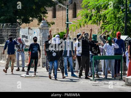 Ein Maskierter Demonstrant gesehen halten ein Banner pro-freiheit Parolen schreien während der Auseinandersetzungen. Auseinandersetzungen ausgebrochen zwischen Demonstranten und die Indische Regierung in Kaschmir Kräfte bald nach dem Freitag gemeindliche Gebete in der Großen Moschee endete in Srinagar. - Stockfoto