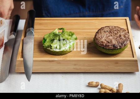 Männliche Küchenchef bereitet leckere frische Burger, Nahaufnahme - Stockfoto