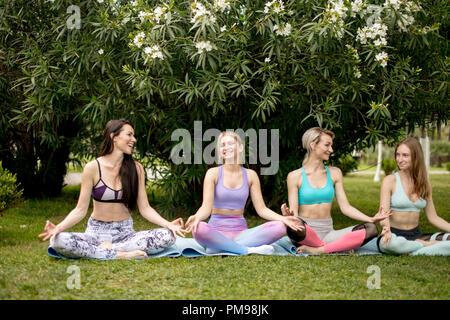 Gruppe von Jugendlichen haben Meditation Yoga-Kurs. Yoga-Konzept. - Stockfoto