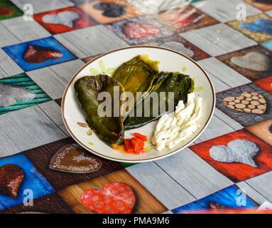 Poblano Paprika für Chiles rellenos, gefüllte Chilis, zusammen mit oaxaca-käse - Stockfoto