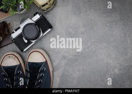 Ansicht von oben Travel Concept mit retro Kamera Filme, andere Elemente auf grauzement Hintergrund mit kopieren. - Stockfoto