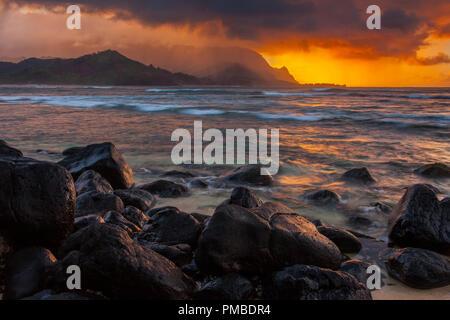 Mit Blick auf die Na Pali Coast von Hanalei Bay, Kauai, Hawaii. - Stockfoto