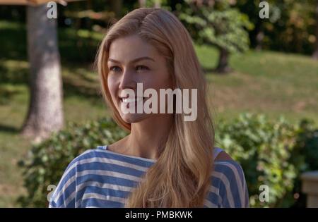 Mehr Mädchen (2014) Rosamund Pike porträtiert Amy Dunne, dessen mysteriöse Verschwinden ihres Mannes in eine mögliche Mord vermuten lässt. - Stockfoto