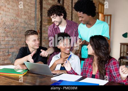Creative Business Team in Diskussion in einer trendigen Business Loft - Stockfoto