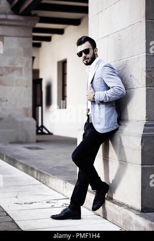 Elegante modische Mann in Schwarz Sonnenbrille auf dem Hintergrund der historischen Architektur posing - Stockfoto