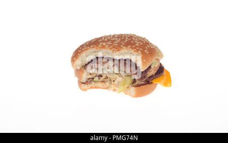 hamburger mit einem biss entnommen auf einem tablett in einem burger king schnellrestaurant. Black Bedroom Furniture Sets. Home Design Ideas