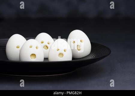 Spaß Essen für Kinder. Hart gekochte Eier ghost ghool ideal für Halloween Parteien. Alternative zu Süßigkeiten. Flache Tiefenschärfe mit selektiven Fokus auf z. B. - Stockfoto