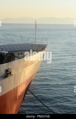 Griechenland, das Athener Hafen von Rafina. Der Bogen mit der Fähre am frühen Morgen die Sonne. Das Schiff ist über zu segeln. - Stockfoto