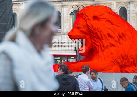 London, Großbritannien. 18. Sep 2018. Die Lions durch Künstler und Designer Es Devlin auf dem Trafalgar Square. Es ist eine neue interaktive Skulptur, maschinelles Lernen und erforschen die Parameter von Design und AI. Es folgt ein Jahr - lange Zusammenarbeit mit Google Kunst & Kultur. Credit: Guy Bell/Alamy leben Nachrichten - Stockfoto