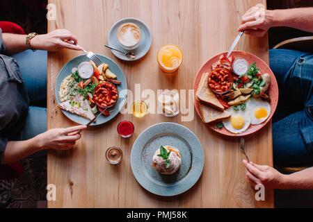 Paar essen ein Ei und Speck Frühstück - Stockfoto