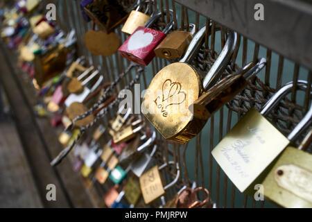 Liebe Sperren auf den Pont des Arts in Paris Frankreich - Stockfoto