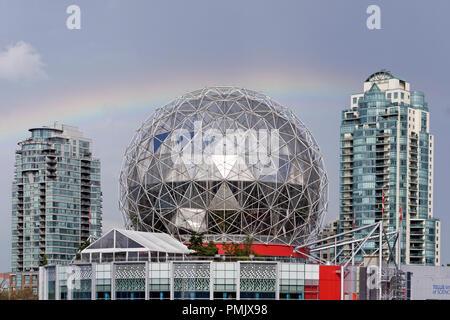 Telus Welt der Wissenschaft geodätischen Kuppel und hohe Kondominium Gebäude mit Regenbogen im Hintergrund, Vancouver, BC, Kanada - Stockfoto